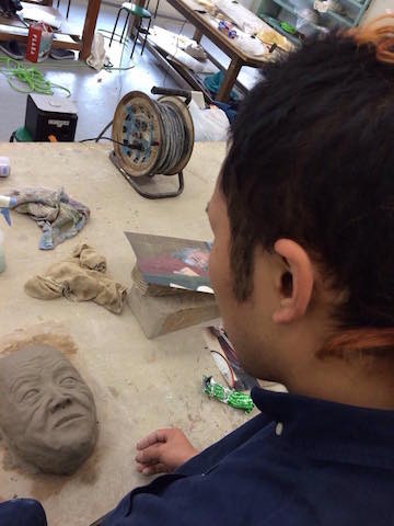 粘土で原型を作る(大野くんが)