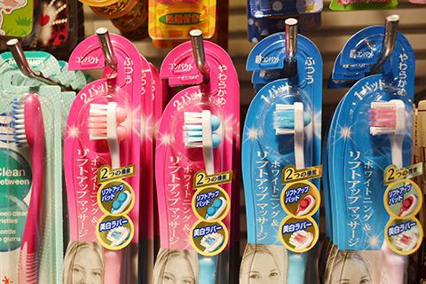 肉球みたいなパッドで、歯を磨きながら頬の内側をフェイスアップマッサージ。すごく売れてるらしい。