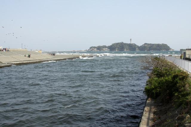 日本のモンサンミシェルこと江ノ島を望む引地川の河口