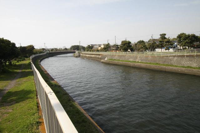 川沿いは公園として整備されている