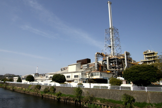 製鉄所のような巨大工場も良いけど、こういうさりげない感じの工場も好き
