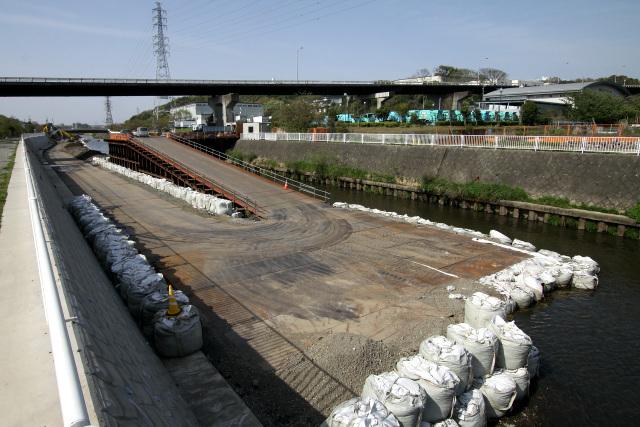 護岸の改修工事では、川を半分埋て重機を入れるらしい。ダイナミックだ