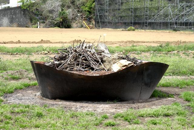 鉄板で作った焚き火の入れ物がクール