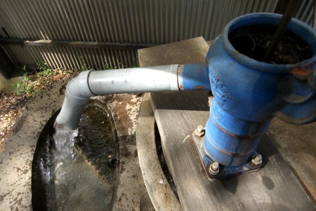 川沿いの墓地では手押しポンプの井戸が現役だった