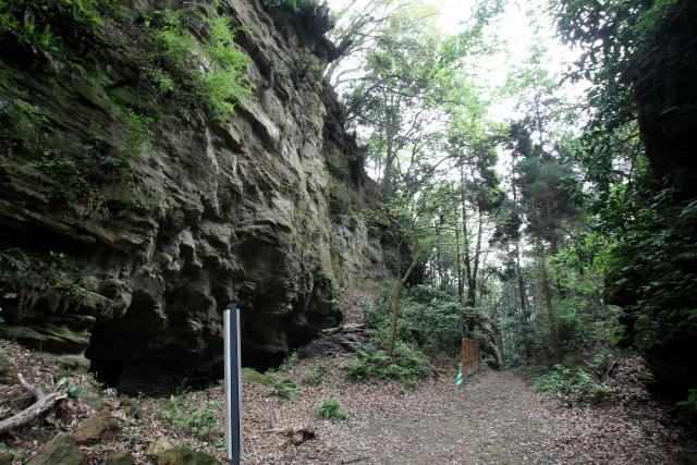 水源からさらに坂を上ると、人工的に山を掘り切ったダイナミックな峠に出る