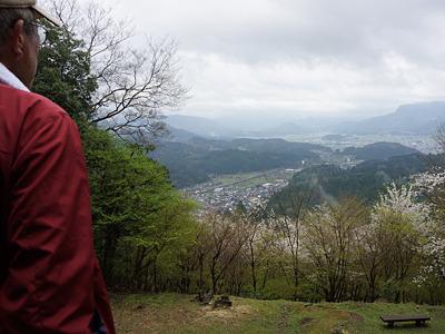 「晴れていれば、28km先の山々まで見えるんですが・・・」