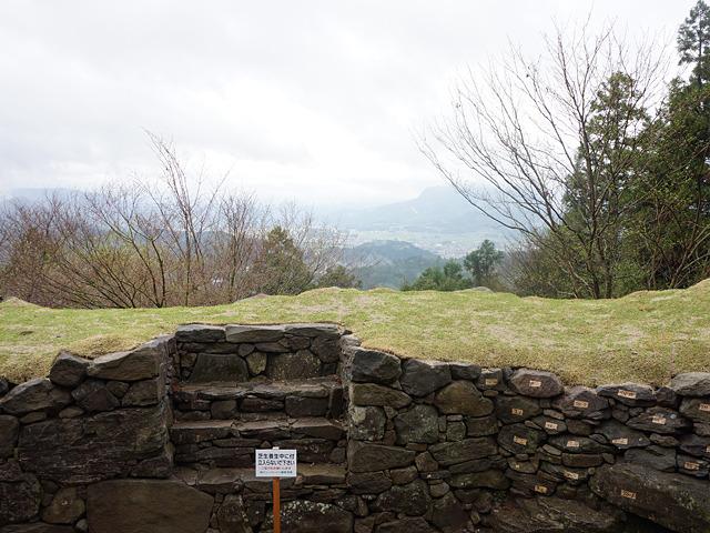 この石組み・・・ここは城址だろうか。神社、神社は・・・