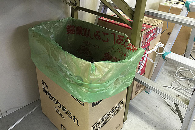 あ、ゴミ袋も緑色だ、と思って撮ったけど、これは町の指定ゴミ袋なので青陣営もこれ使ってるだろう。