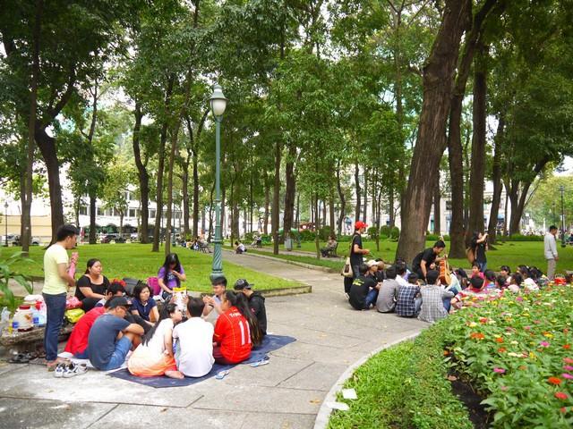 教会周辺の公園では、地元の若者たちがピクニックのように座り込んで談笑している。