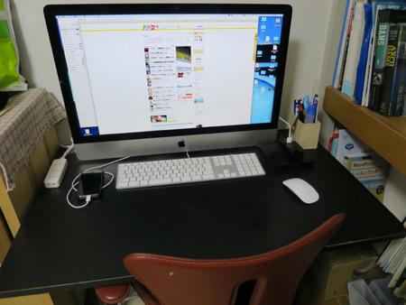 自宅のパソコンデスク(本当はもっと散らかっている)