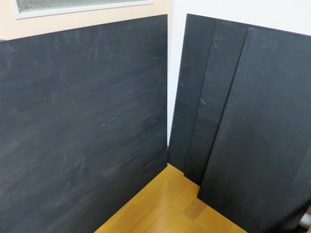 板を何枚か切って黒く塗ったもの
