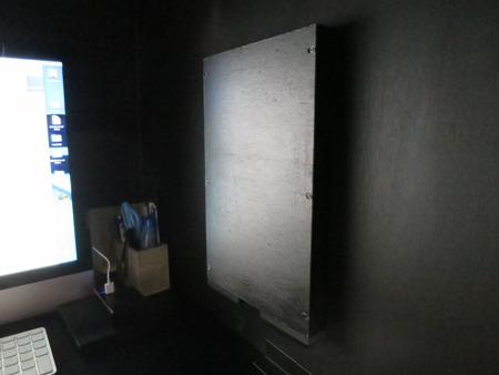 使わないときは壁向きにたたんでSNS中毒を防止