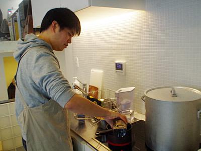 ラーメンと家庭用製麺機のマニアであるマダラさん。自分ではごく普通の会社員だと言い張っている。