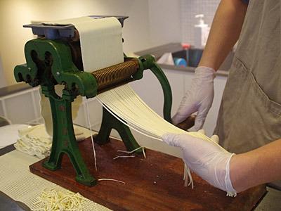 これが家庭用製麺機という道具。麺の長さは30センチ程度と短めなのが家系の特徴だとか。製麺機なら4回転くらい。