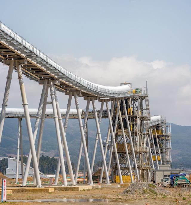 まずかっこよさをご覧ください。山を削って高台を作る事業もすごいですが見た目もすごすぎます。しばらくすると撤去されるそう。見るなら今!(藤原)