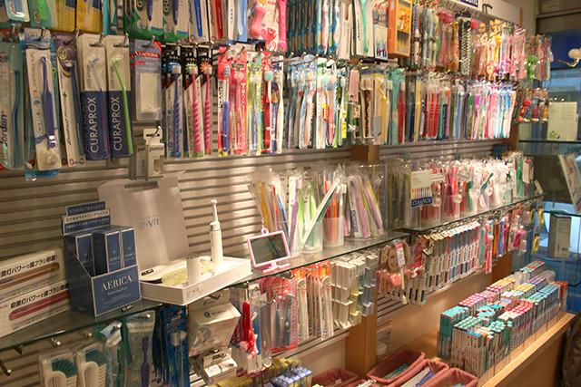 豚毛の歯ブラシや変な形の歯ブラシなどが並ぶ、歯ブラシ専門店に行きました。最近は大きい歯ブラシとタフトブラシの組み合わせがトレンドらしいぞ。(藤原)