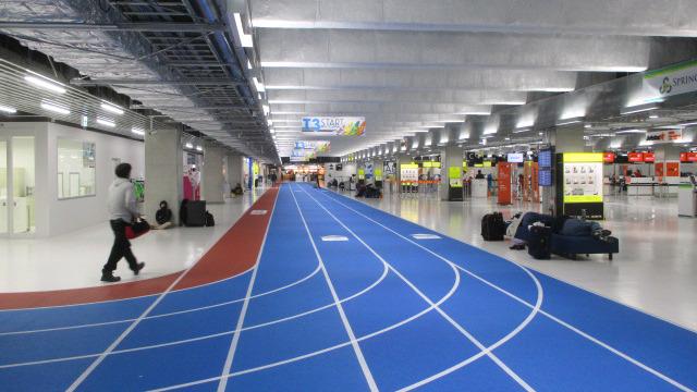赤青に塗り分けられたターミナルへの通路は陸上トラックのよう。ターミナル内も銀色のパイプむき出しで、空港というよりFFのダンジョン!(石川)