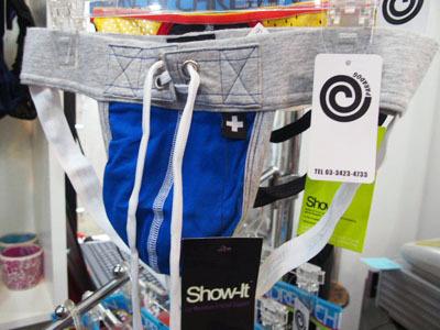 ジョックストラップというスポーツ用サポーターをファッショナブルにアレンジしたもの。アメリカではその筋の方々に人気が高い