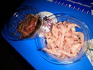 エサは食いがいいオキアミ(100円)と、持ちがいいアオイソメ(200円)。