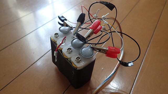 切る線を間違えると爆発しそうなルックスの電源装置。