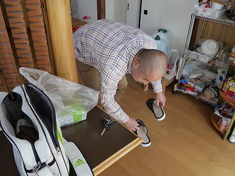 一人暮らしの及川さん、新品のスリッパを出してくれた。申し訳ないっす