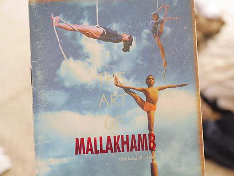 柱とロープの競技があるマラカーンブ。男は両方、女はロープの競技だけをやるらしい。水平に吊るされてるのはこれがスポーツなのかという感じがする。