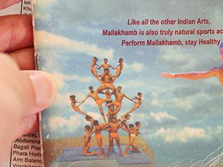 柱に組体操するものもマラカーンブ。インドの人、こういうのよくやってるよな…