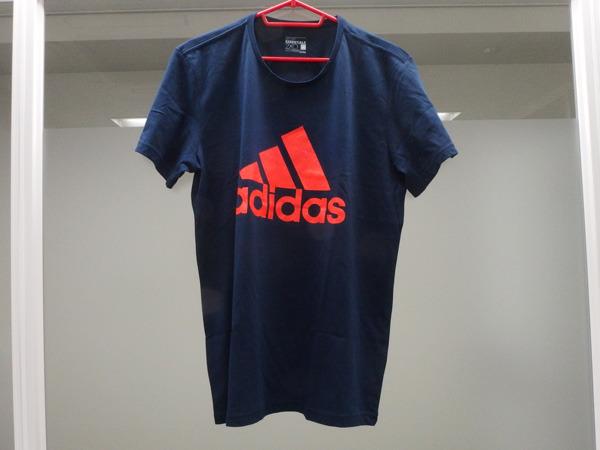 即決して買ったTシャツがこちら。胸元のオレンジがおしゃれポイント