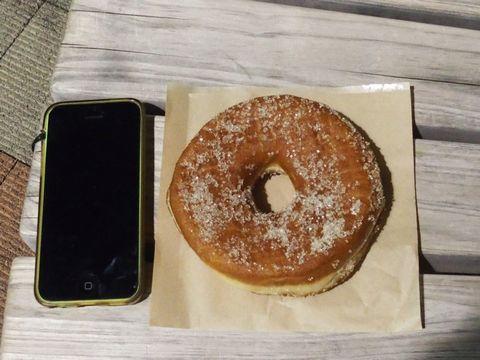 素朴な見た目です。大きさは携帯から想像してください。