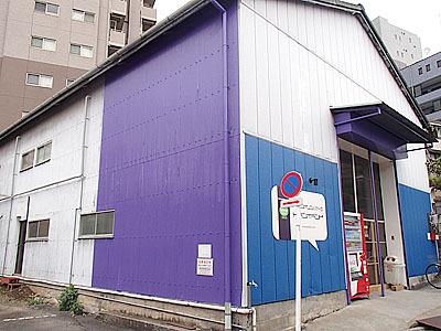 住宅街に突然現れるトランポリンスタジオ。恐らく元は何かの工場か倉庫だったのでは。2011年12月オープン。