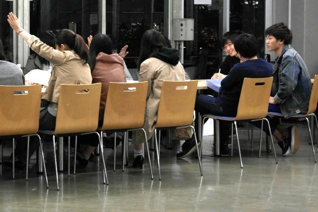 大学での打ち合わせの様子。右から3番目がとりまとめの百武さん。