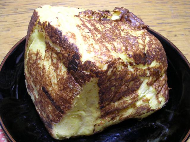 「高瀬さんの一斤まるごと使ったフレンチトーストの記事を読んで以来、パンをスライスしないことへの執着が高まりました」(あすもさん)という方も。(写真はその『臨界フレンチトースト</a>』より)