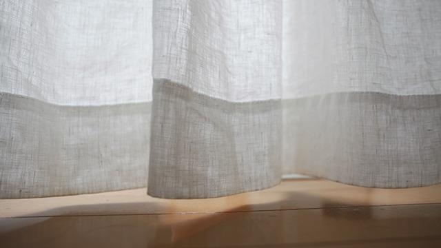 カーテンが風に揺れている。
