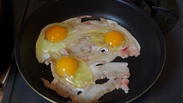 卵を三つ乗せます