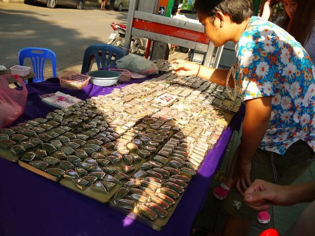 仏教関連のグッズが多く売られ、