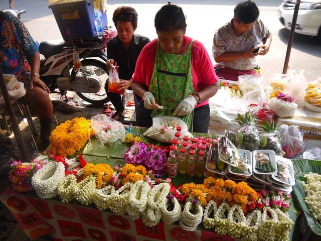 タイは敬虔な仏教徒が多く、毎日のように関連した花の輪っかを店や車内に飾っている。写真はそれらを売る露店。