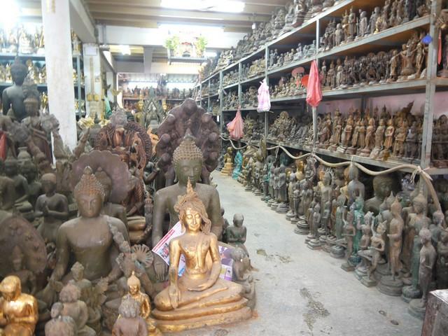 この通りは、仏像(をつくる)職人が多いみたい。