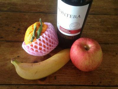 残ったワインに果物を投入。あとはシナモンとクローブと砂糖を適当に入れよう。