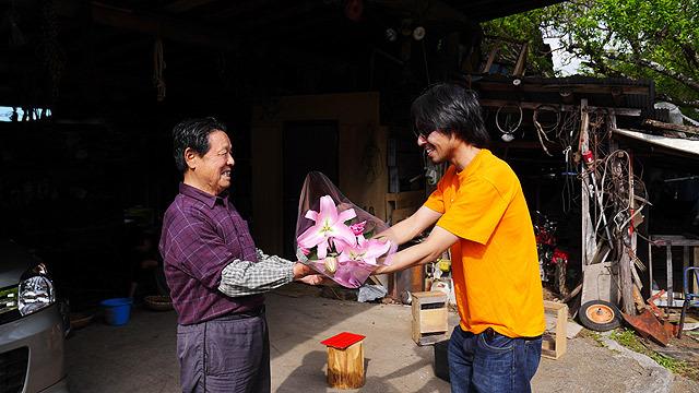 花束は結局竹男さんに渡した
