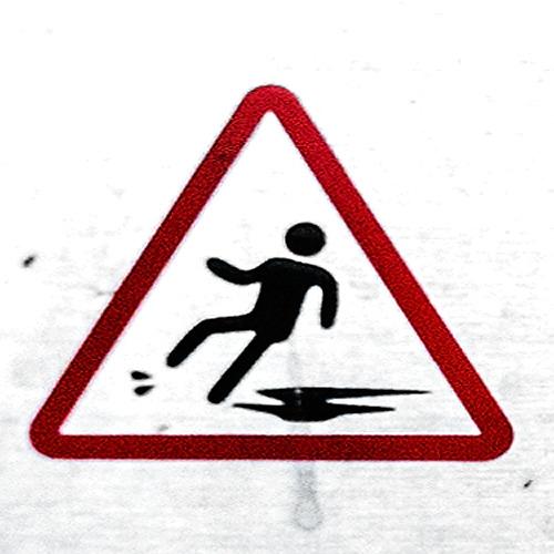 水しぶきを跳ね上げるという高度な技を見せつつ注意喚起の滑りを見せるこちらの方は、