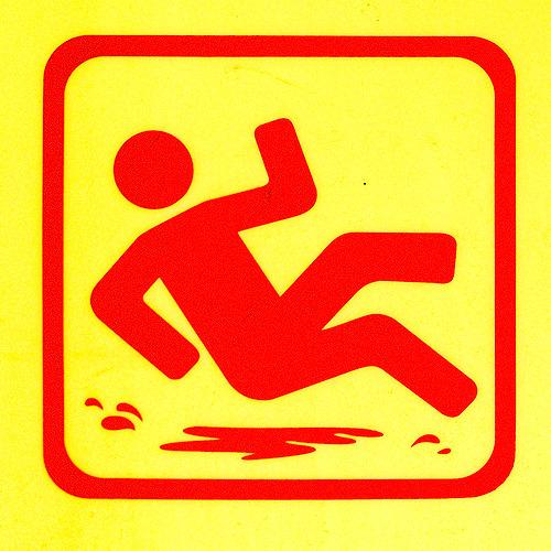 この滑りやさんは滑りプロセスの最終局面にいる。完全に足は浮き、尾てい骨をしたたかに打つ寸前の様子を見せている。プロだ。