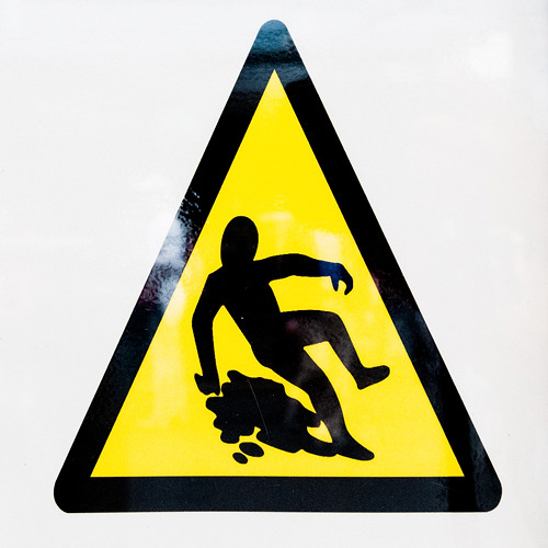 しかしよく見ると滑っているというより泥酔。足元のものも水というより吐瀉物に見えてくる。