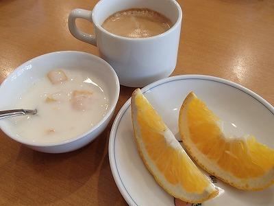 フルーツヨーグルトとフレッシュフルーツ、コーヒーとチャイもある