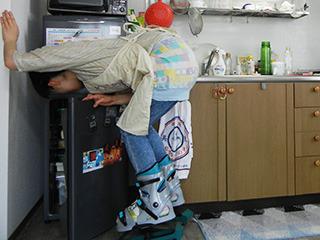 冷蔵庫の位置、低すぎ……!