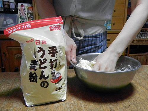 まずは粉に水や塩を入れて混ぜる