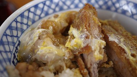 食べてみてもやっぱりさか本丼だ。下高井戸にくらべて濃い目の味だ
