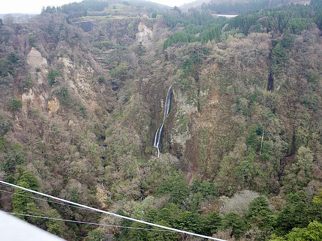 震動の滝(雌滝)を望む。この高さ・距離から見ると、大滝も単に水の流れなんだなと思える。