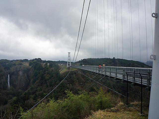 渡り終えて振り返ると、よりハープ的な光景が広がっていた。耐風用ケーブル(下に延びているほう)の広がりが美しい。