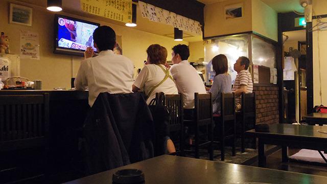 またある時はお客さんの間に座って一緒にテレビを鑑賞し