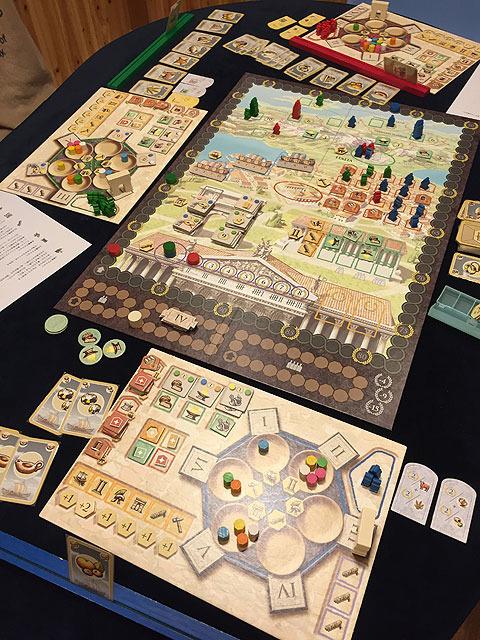 こちらはさらにマンカラをこじらせにこじらせ、超複雑にしたゲーム「トラヤヌス」。軍事とか元老院とか出荷とかいろいろあって、「マンカラーッ!!」と叫びたくなるくらい濃いゲームになっている。
